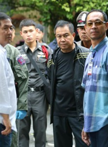 NAR02. Bangkok (Thailand), 29/08/2015.- Thai national police Chief Somyot Pumpunmuang (2-R) looks on in front of an apartment where a suspect was arrested in connection with a bombing this month, on the outskirts of Bangkok, Thailand, 29 August 2015. Thai police said on 29 August a foreign suspect was arrested in connection with the 17 August bombing at a Bangkok shrine that killed 20 people. (Tailandia) EFE/EPA/NARONG SANGNAK