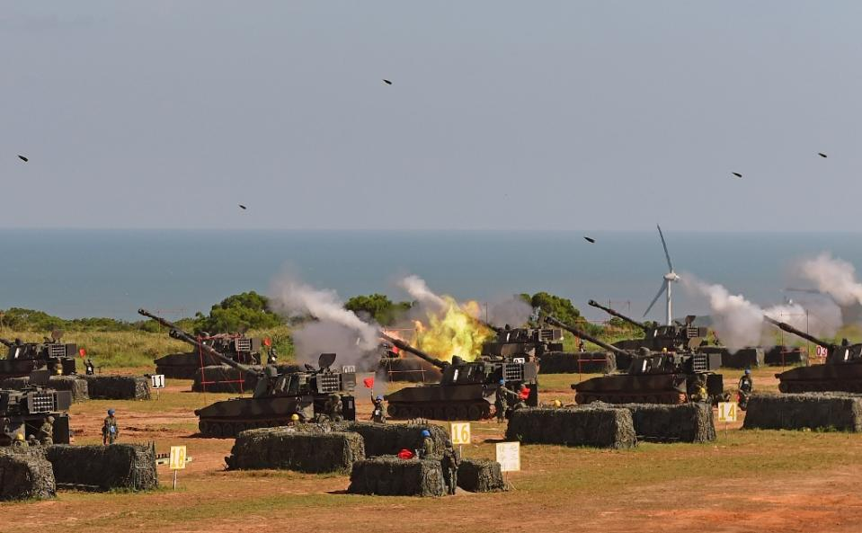 Taiwan military soldiers fire artillery shells from 38 eight-inch and 155-millimeter howitzers during the Han Kuang 31 live fire drill in Hsinchu, northern Taiwan, on September 10, 2015 (AFP Photo/Sam Yeh)