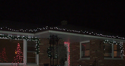 How to hang Christmas Lights the easy way 1 (Photo - www.rustic-refined.com)